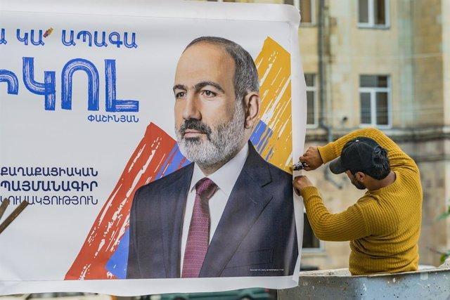 Cartel electoral del Partido del Contrato Civil del primer ministro en funciones de Armenia Nikol Pashinián antes de las elecciones parlamentarias