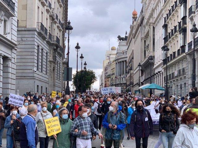 Pancarta de la manifestación organizada por la Marea Blanca este domingo en el centro de Madrid para denuciar el cierre de 41 centros de salud