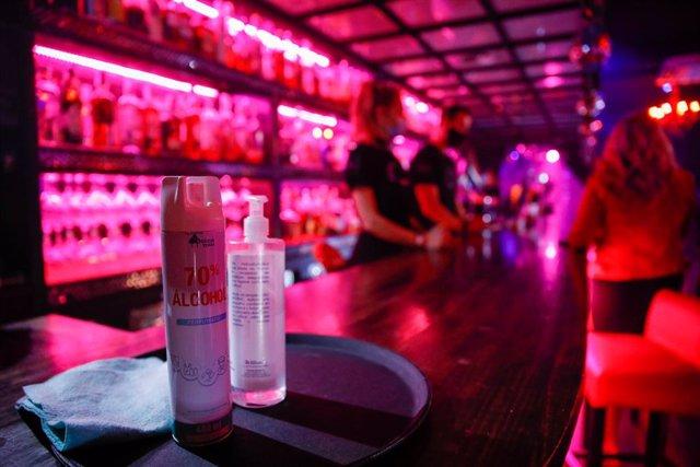 Algunes persones en el bar Everlastin Love del carrer Primer de Maig, a 20 de maig de 2021, a Barcelona