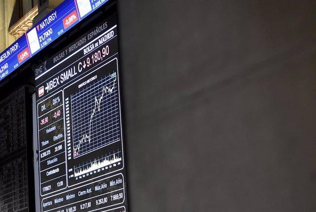 Valores del Ibex 35 en los paneles de la Bolsa de Madrid, a 17 de junio de 2021, en Madrid (España).
