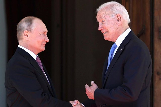 HANDOUT - 16 June 2021, Switzerland, Geneva: Russian President Vladimir Putin (L) shakes hands with USPresident Joe Biden prior to their meeting. Photo: -/Kremlin/dpa - ATTENTION: editorial use only and only if the credit mentioned above is referenced in