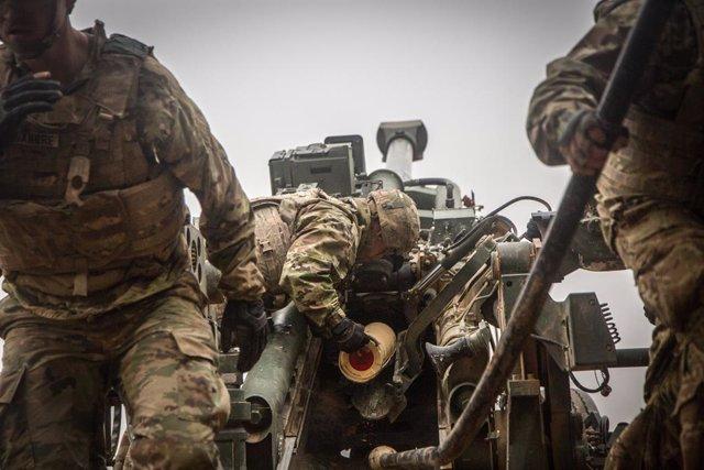 Archivo - Un soldado de EEUU en la base militar de Al Qaim, situada en Irak, cerca de la frontera con Siria, durante las operaciones contra Estado Islámico en Baghuz