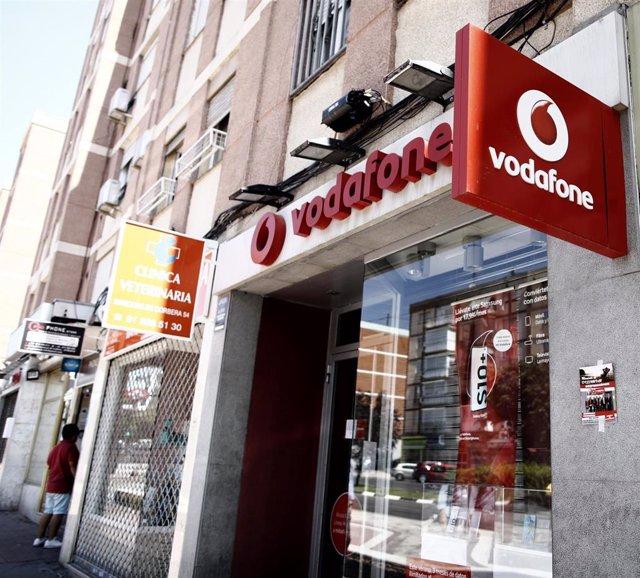 Archivo - Imagen de una tienda de la compañía telefónica Vodafone en Madrid.
