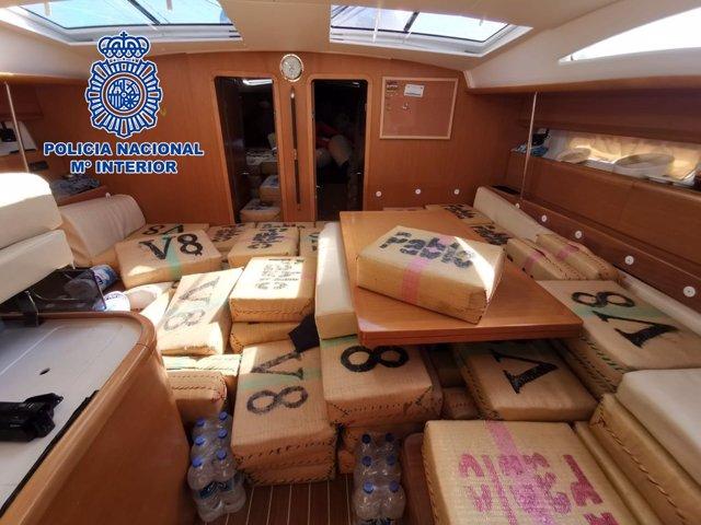 La Policía Nacional interviene un narcovelero con seis toneladas de hachís en aguas internacionales del Mediterráneo.