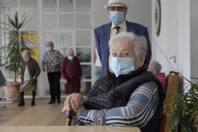 Varios ancianos en una de las salas de la Residencia de mayores de Carballo, a 19 de junio de 2021, en A Coruña, Galicia (España). La Xunta de Galicia ha decidido levantar las restricciones activadas en el último año y medio en residencias y centros de dí