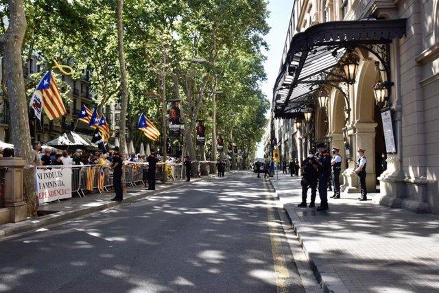 Unas 200 personas protestan ante el Liceu, donde el presidente del Gobierno, Pedro Sánchez, presentará este lunes su estrategia de reencuentro para Catalunya.