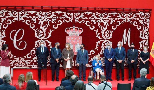 (I-D) La presidenta de la Comunidad de Madrid, Isabel Díaz Ayuso, aplaude durante el acto de toma de posesión del Consejo de Gobierno de la Comunidad de Madrid de la XII Legislatura con el consejero de Presidencia, Justicia e Interior, Enrique López; el c