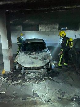 Archivo - Imagen de archivo de un coche incendiado