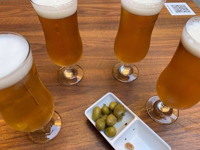Archivo - Cervezas y aceitunas en una imagen de archivo.