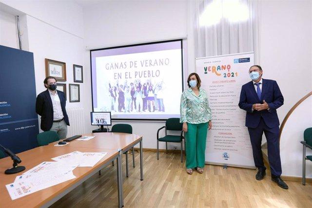 Armisén (C) y Polanco (D) presenta la programación de verano para los pueblos palentinos.