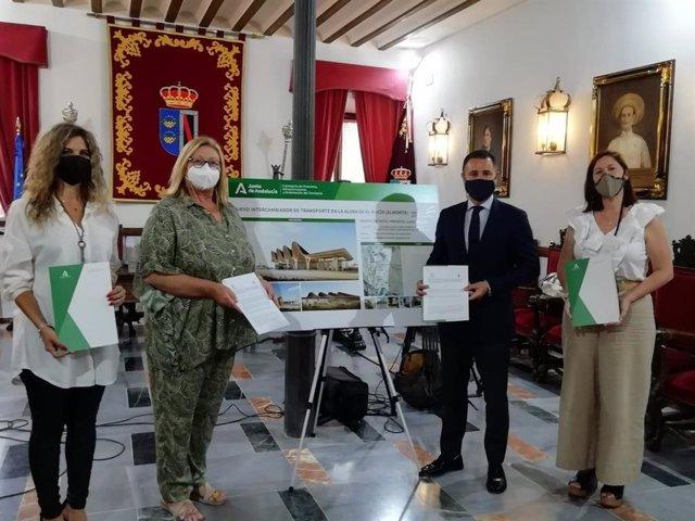 Acto de la firma del convenio entre el Ayuntamiento de Almonte y la Junta.