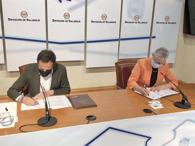 Conrado Íscar y Adela Cabezas firman el convenio.
