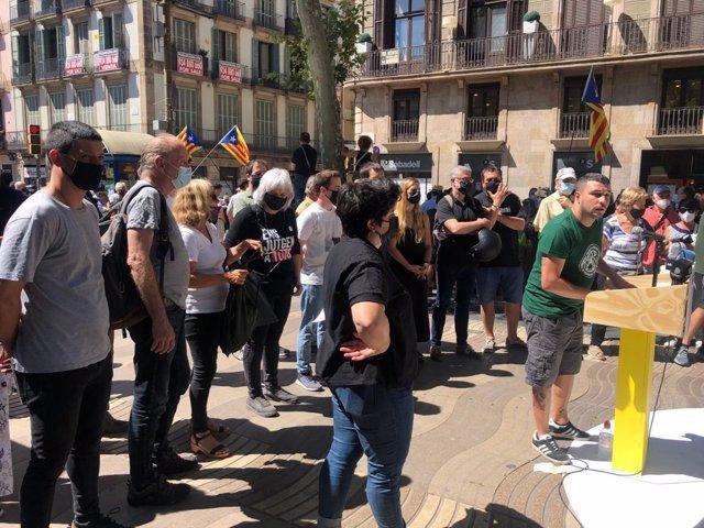El portaveu del Secretariat Nacional de la CUP, Edgar Fernández, en una roda de premsa a la Rambla de Barcelona per la visita del president espanyol, Pedro Sánchez, per presenar els indults dels líders de l'1-O al Liceu.