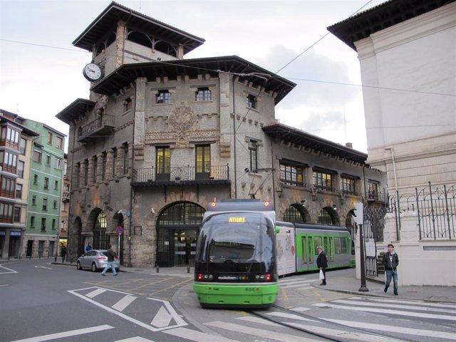Archivo - El tranvía de Bilbao en la curva de Atxuri