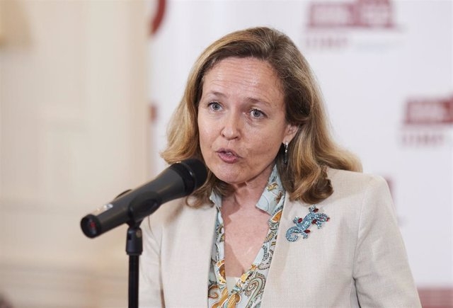 La vicepresidenta segunda del Gobierno y ministra de Asuntos Económicos y Transformación Digital, Nadia Calviño, interviene en el XXXVIII Seminario de la APIE 'La economía de la pandemia', en el Palacio de la Magdalena, a 21 de junio de 2021, en Santander