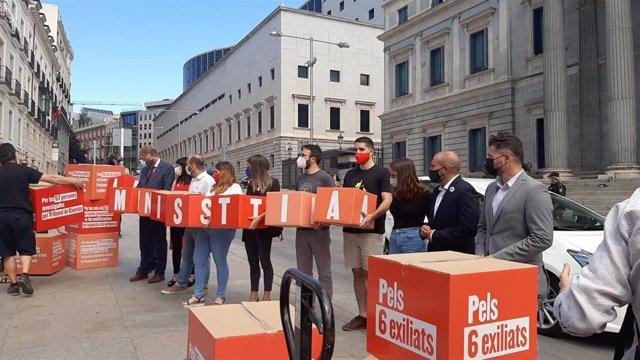 ERC, Junts, PDeCAT y la CUP entregan 200.000 firmas en el Congreso en favor de la tramitación de la Ley de Amnistía