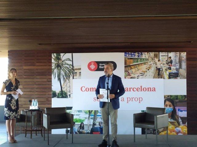 El primer tinent d'alcalde de l'Ajuntament de Barcelona, Jaume Collboni, en l'acte de presentació del llibre 'Comerç de Barcelona. Sempre a prop.