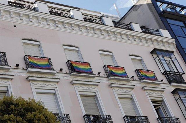 Archivo - Banderas LGTB en el barrio de Chueca