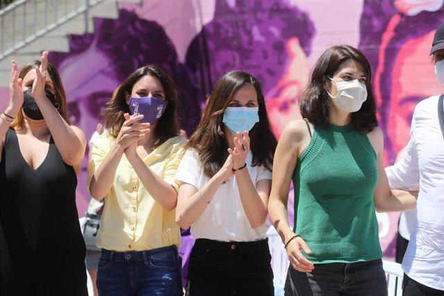 (I-D) La diputada de Unidas Podemos en la Asamblea de Madrid, Alejandra Jacinto; la ministra de Igualdad, Irene Montero; la ministra de Derechos Sociales, Ione Belarra, y la portavoz nacional de Podemos, Isa Serra, durante un acto en Getafe (Madrid).