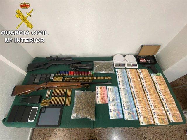 La Guardia Civil desarticula una organización criminal dedicada al cultivo de marihuana e interviene un arma robada en el 2006