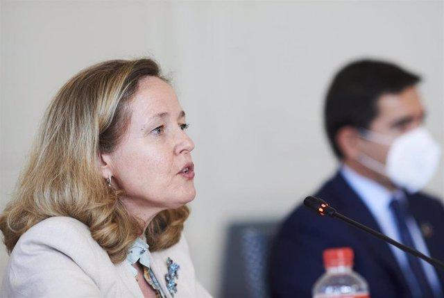 (I-D) La vicepresidenta segunda del Gobierno y ministra de Asuntos Económicos y Transformación Digital, Nadia Calviño, y el presidente del BBVA, Carlos Torres, durante la inauguración del XXXVIII Seminario de la APIE 'La economía de la pandemia'