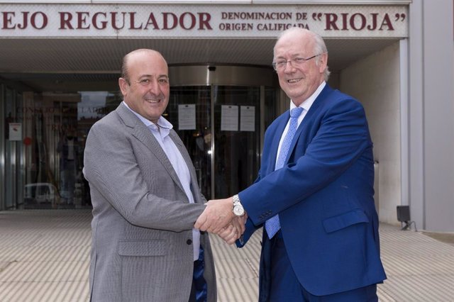 Fernando Ezquerro, a la izda, nuevo presidente de la Interprofesional del Vino y del Consejo Regulador de la DOC RIoja, saludado por el presidente saliente, Fernando Salamero, a la  derecha