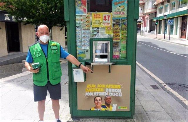 Félix Marín, vendedor de la ONCE que ha repartido la suerte en Bakio y Bermeo.