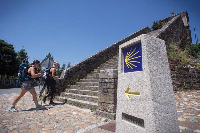 Dos personas realizan el Camino de Santiago, a 15 de junio de 2021, en Portomarín, Lugo, Galicia, (España).