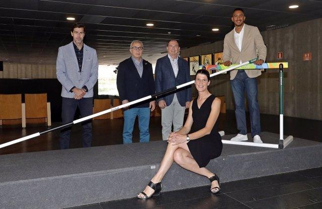 Ruth Beitia y Orlando Ortega posan junto a Raúl Chapado, Alejandro Blanco y Santiago Palomera, y el listón y una valla de Rio 2016