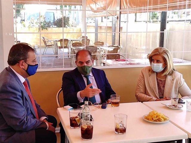 El vicepresidente de la CEOE y presidente de ATA, Lorenzo Amor (centro), entre Joaquín Gisbert (CECO) y Fátima Báñez (Fundación CEOE).