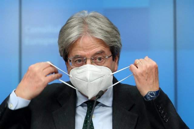 Archivo - HANDOUT - 15 February 2021, Belgium, Brussels: European Commissioner for Economy Paolo Gentiloni takes off his face mask to speak during a press conference after a virtual Eurogroup meeting. Photo: Zucchi Enzo/EU Council/dpa - ATTENTION: editori