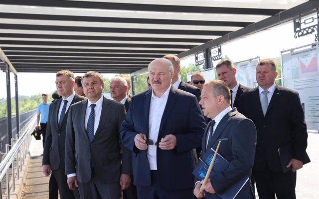 Alexander Lukashenko visita un proyecto.