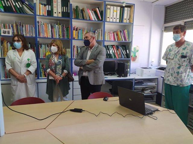 El delegado de Educación y Deporte de la Junta en Cádiz, Miguel Andréu, acompañado de María Isabel Paredes, delegada de Salud y Familias, durante la visita al Aula hospitalaria del Hospital Puerta del Mar.