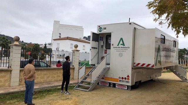 Archivo - Cribado poblacional de test en la unidad itinerante de la Junta en Espera