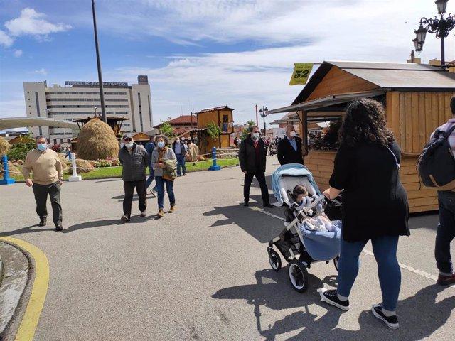 Archivo - Personas paseando en la Feria de la Ascensión en La Losa de Oviedo.