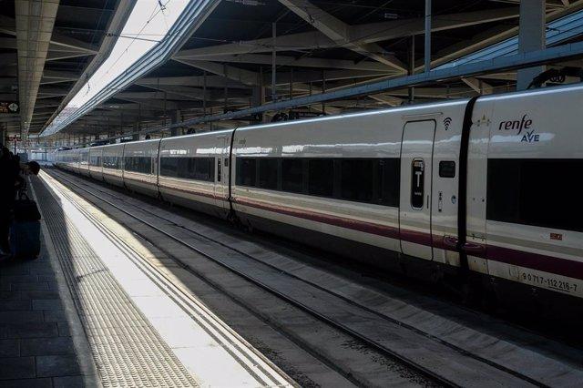 Archivo - Imagen de archivo de un tren de AVE de Renfe estacionado
