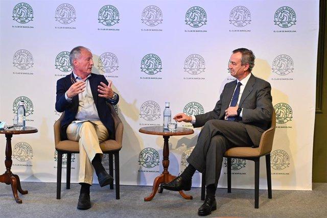 El consejero delegado de Banco Sabadell, César González-Bueno (derecha), durante el encuentro.