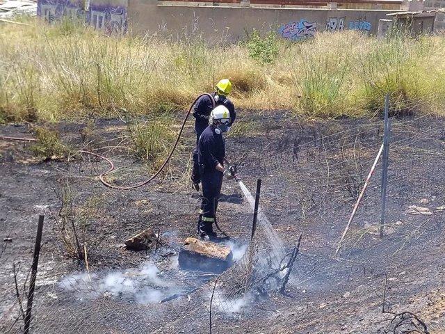 Un bombero de Palma actuando en el fuego.