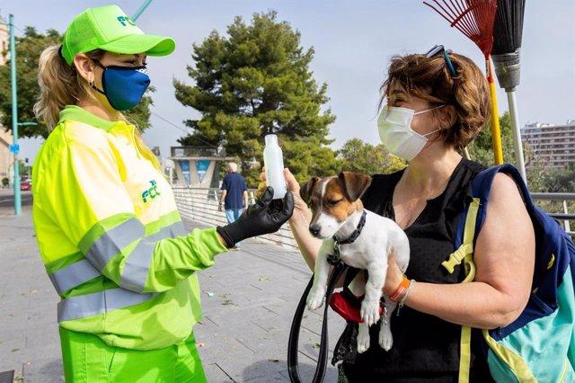 El Ayuntamiento de Zaragoza impulsa por segundo año una campaña para que se limpie el orín de los perros.