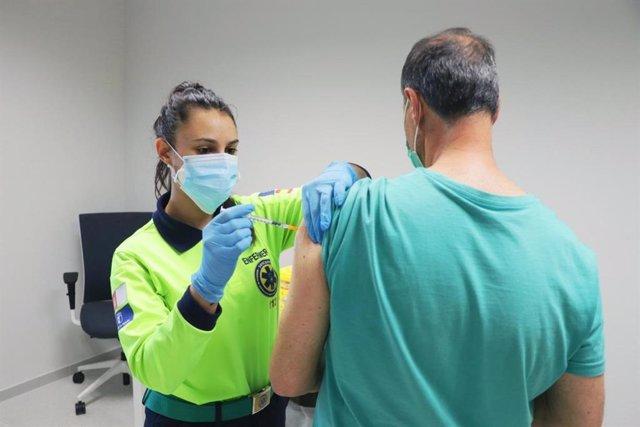 Una profesional sanitaria administrando una vacuna contra el COVID-19 a un castellanomanchego