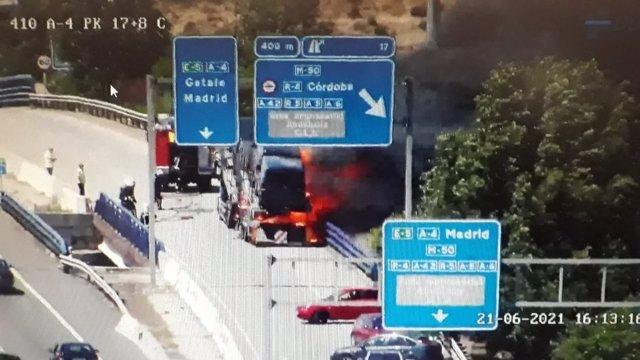 Arde un camión que transportaba una furgoneta sin heridos en la A-4