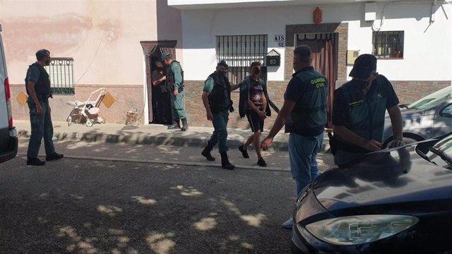 Agentes de la Guardia Civil con uno de los detenidos en la operación de Sanlúcar