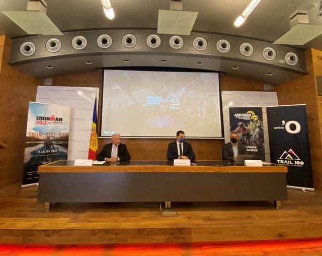 El vicedirector general de Banca País de Andbank, Josep M. Cabanes; el ministro de Presidencia, Economía y Empresa de Andorra, Jordi Gallardo; y el director regional sud Ironman Europa, Oriente Medio y África, Agustí Pérez, en rueda de prensa.