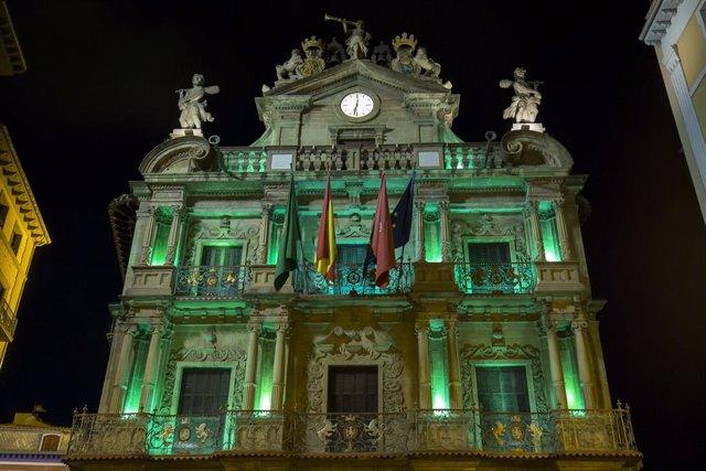 Archivo - La fachada del Ayuntamiento de Pamplona se ilumina este sábado de verde por el Día Mundial contra la Meningitis