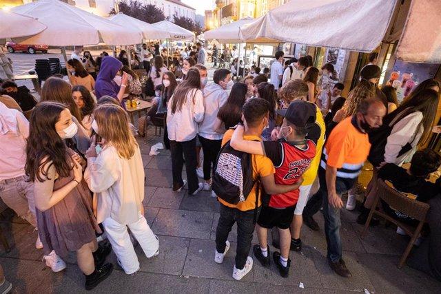 Varias personas durante el primer día de apertura de bares y cafeterías hasta la 1 de la madrugada, a 11 de junio de 2021, en Santiago de Compostela, A Coruña, Galicia (España). Desde esta noche, los bares, cafeterías y restaurantes gallegos podrán abrir