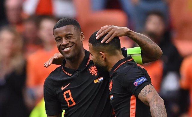 Wijnaldum y Depay celebran uno de los goles en el Macedonia del Norte-Países Bajos de la Eurocopa 2020