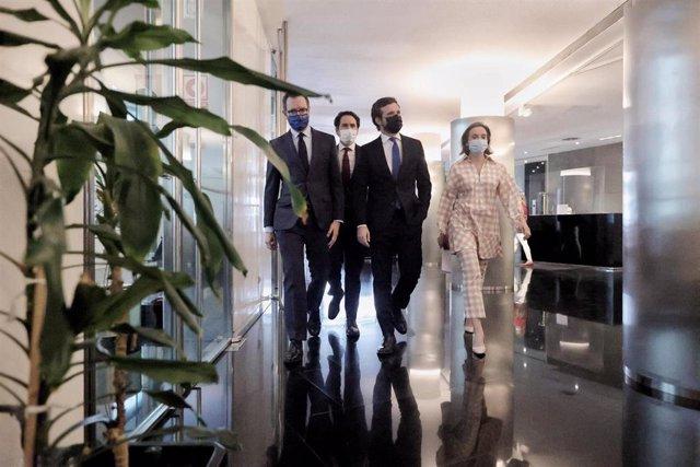 El líder del PP, Pablo Casado, acompañado por el secretario general, Teodoro García Egea, y los portavoces parlamentarios en Congreso y Senado, Cuca Gamarra y Javier Maroto, a su llegada a la reunión del Grupo Popular. En Madrid, a 21 de junio de 2021.