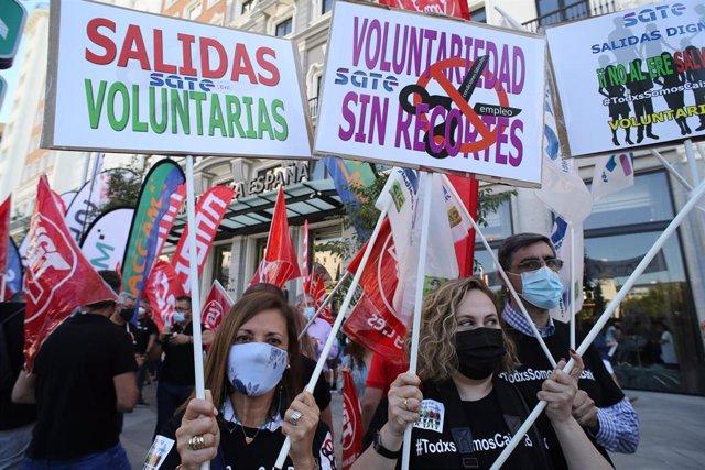 Varios trabajadores de CaixaBank con pancartas durante el paro parcial convocado para protestar por el ERE de la entidad financiera, a 7 de junio de 2021, en Madrid, (España).