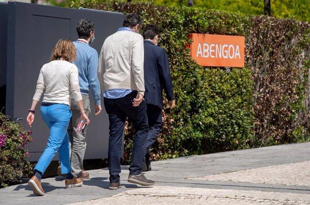 Archivo - Un grupo de personas entran en  la sede de Abegoa de Sevilla, en una foto de archivo.