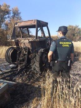 Tractor incendiado en Utrera